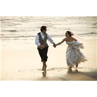海岸の新婚カップル