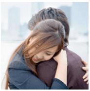抱きつく女性