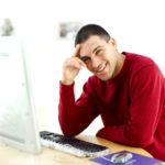 パソコンの前の男性