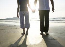 手をつないで光に向かうカップル