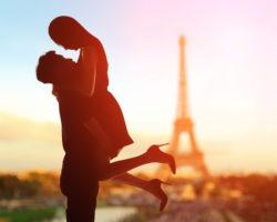 フランスで抱き合う女性
