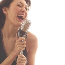 マイクで歌う女性